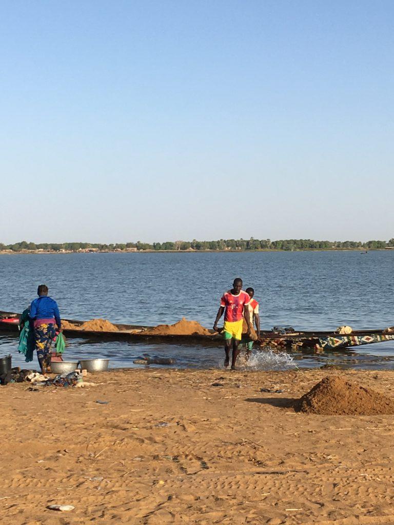 セグー 朝の土の陸揚げ the Soil carried by men at Segou