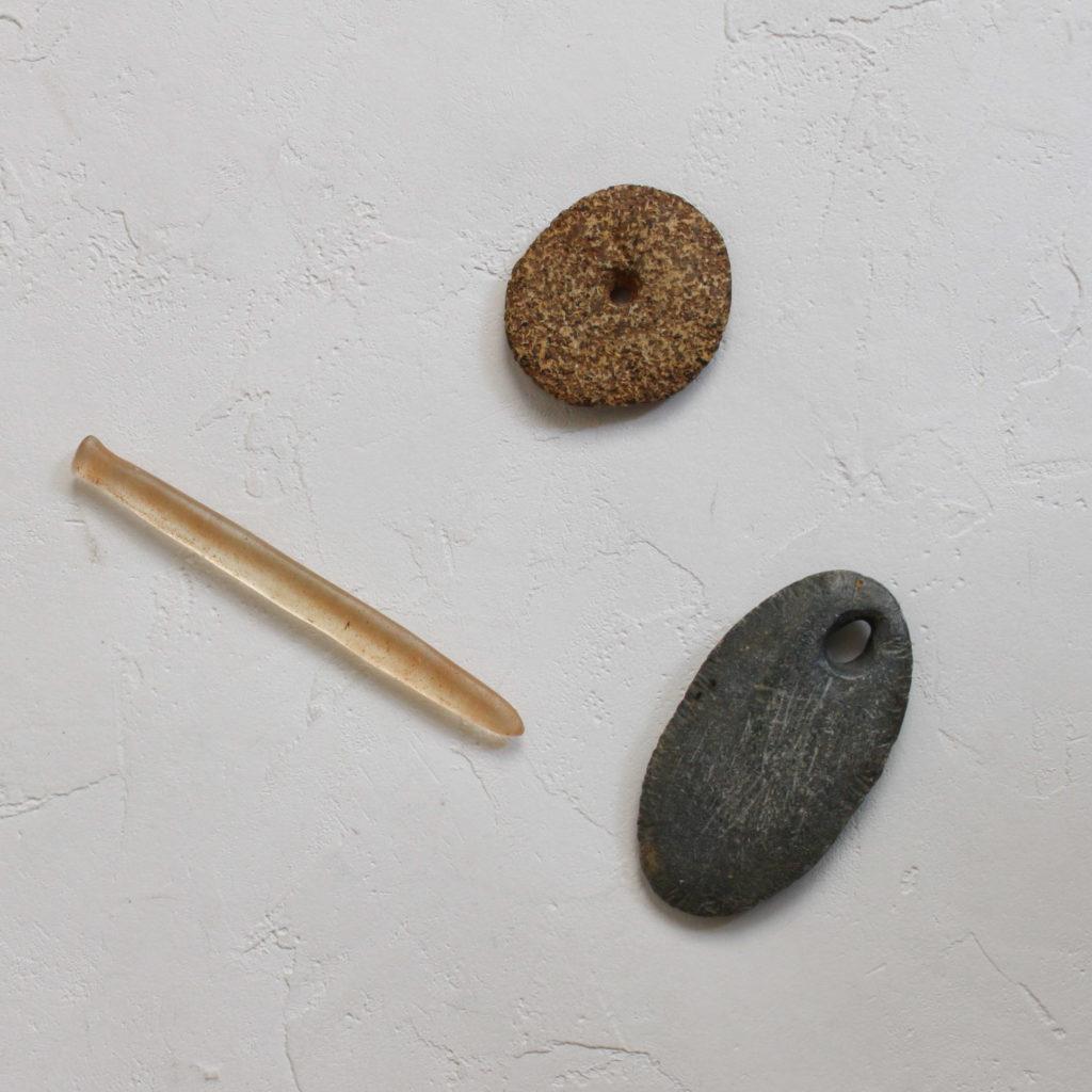 サハラの古代人の水晶ピアスと石の装身具