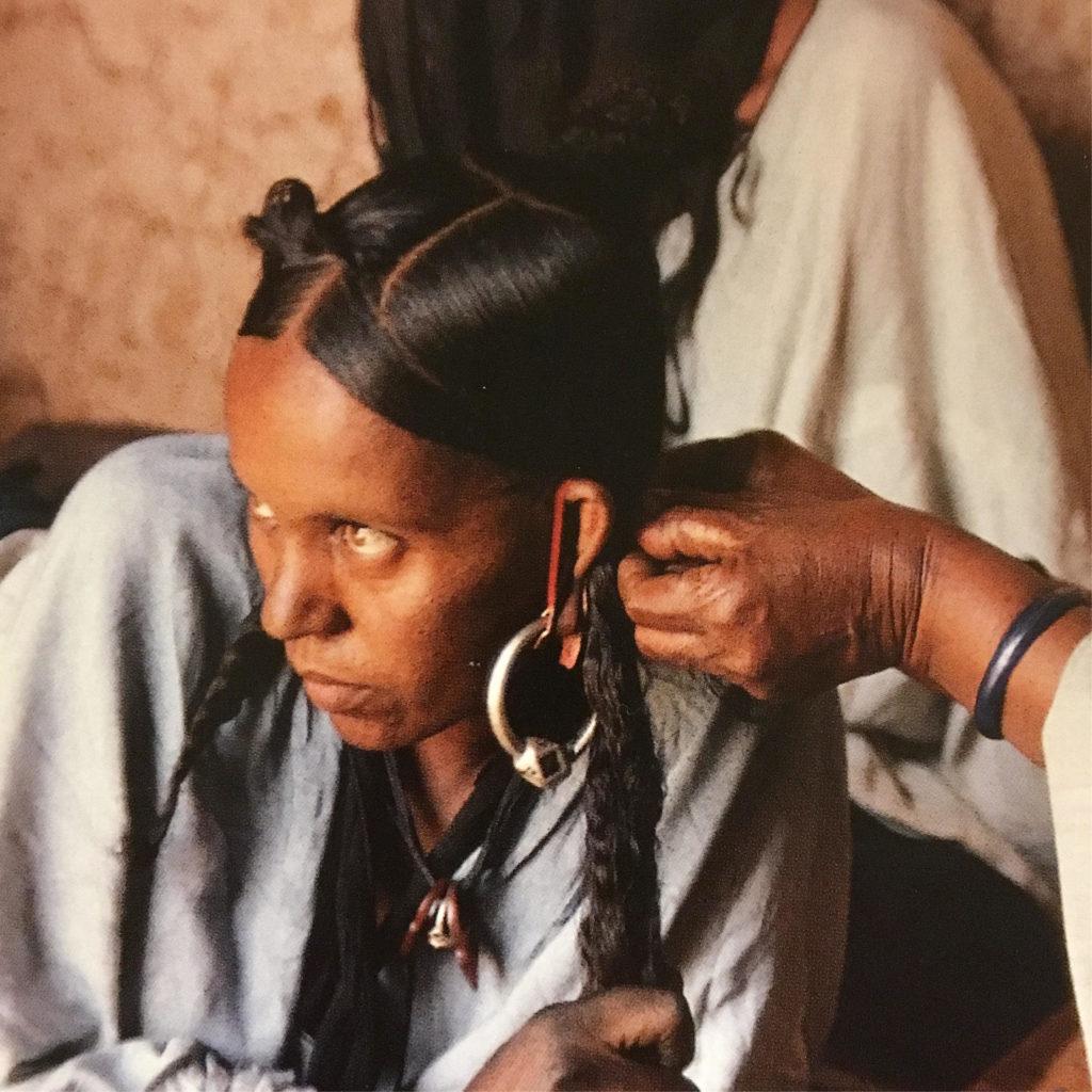 髪を洗った後に、髪のお手入れをする女の子