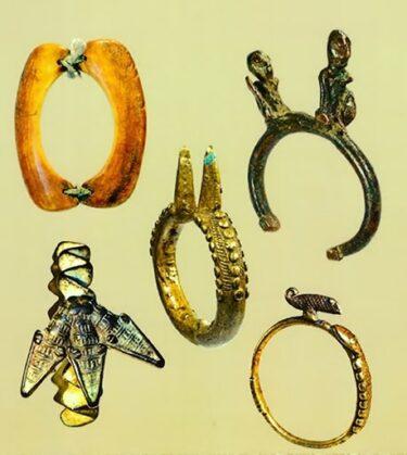 ヘビの貨幣や装身具 ブルキナファソの民話より